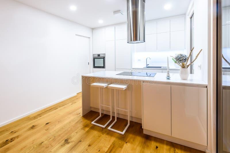Binnenlandse ontwerp nieuwe moderne witte keuken met keukentoestellen stock foto's