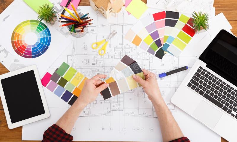 Binnenlandse ontwerper die met palet hoogste mening werken stock foto's