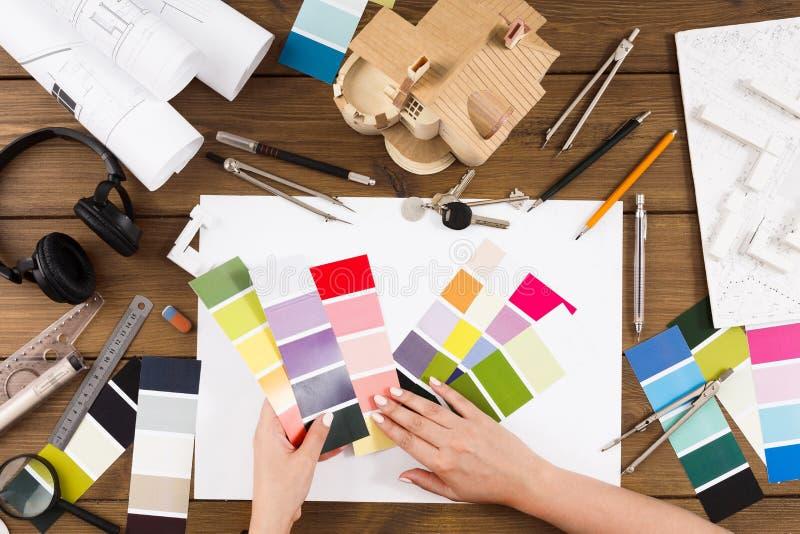 Binnenlandse ontwerper die met palet hoogste mening werken royalty-vrije stock foto's