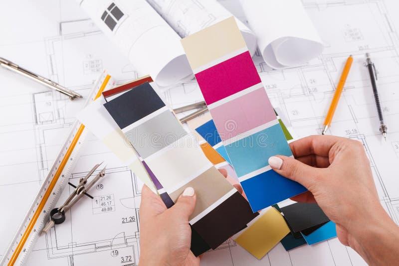 Binnenlandse ontwerper die met paletclose-up werken stock afbeelding