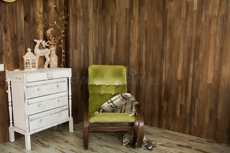 Binnenlandse ruimte met ladenkast en een oude stoel stock afbeelding