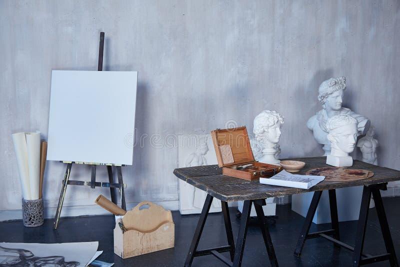 Binnenlandse ruimtekunst, workshop, kunstenaar het schilderen, het trekken, beeldhouwwerkbeeldhouwer, canvas of de studio van de  stock afbeeldingen