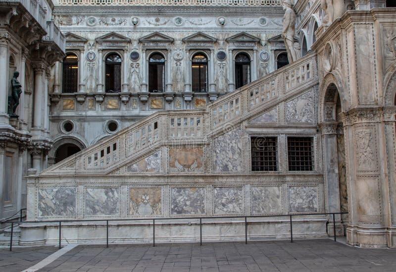 Binnenlandse Trap in het Paleis van de Doge in Venetië stock foto's