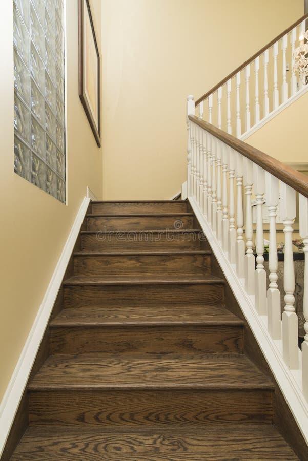 Binnenlandse verticaal die van een moderne huis houten trap wordt geschoten royalty-vrije stock fotografie
