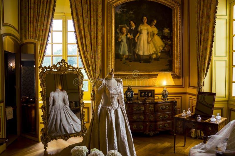 Binnenlandse Zaken van het kasteel van Cheverny, Loire valley, Frankrijk De kleedkamer met mannequin gekleed in mooie jurk royalty-vrije stock fotografie