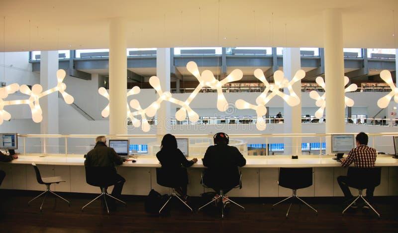 Binnenmening van de Centrale Bibliotheek van Amsterdam stock foto