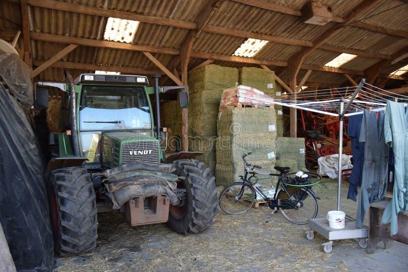 Binnenmening van een landbouwersschuur stock foto