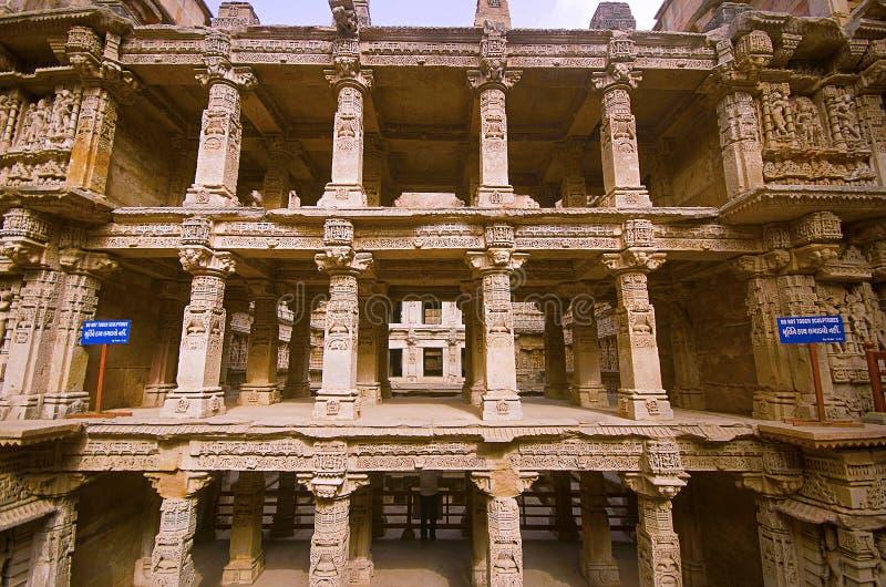 Binnenmening van Ranien ki vav, stepwell op de banken van Saraswati-Rivier Gedenkteken aan een koning Bhimdev I, Patan, Gujarat v stock foto's