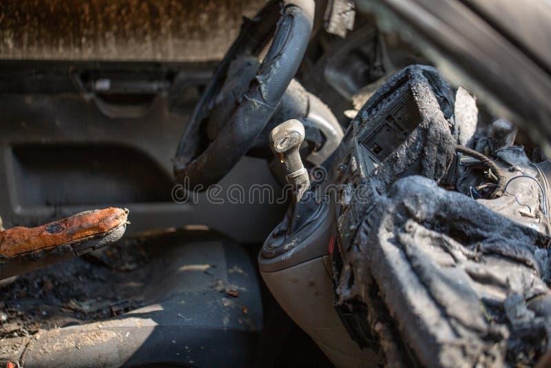 Binnenmening van uitgebrande schipbreuk van een gestolen auto Het beeld van de misdaadscène van voertuigbinnenland dat door bran royalty-vrije stock afbeeldingen