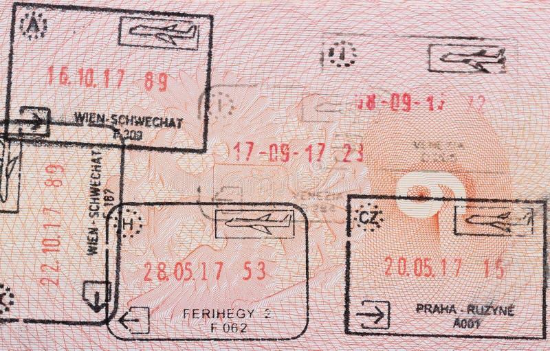 Binnenpagina van een goed gereist Russisch paspoort met zegels van verschillende Europese douane: Hongarije, Italië, Oostenrijk,  royalty-vrije stock foto's