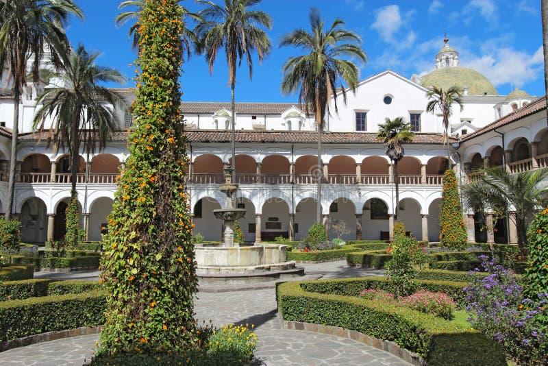 Binnenplaats bij de kerk van San Francisco in Quito stock foto