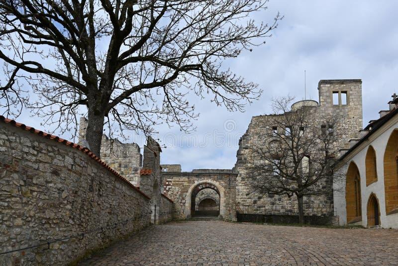 Binnenplaats in de kasteelruïne Hellenstein op de heuvel van Heidenheim een der Brenz in zuidelijk Duitsland tegen een blauwe he stock foto's