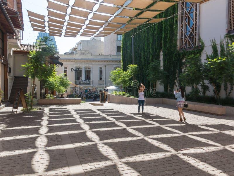 Binnenplaats die met schaduwen, in een vierkant in de buurt van Miraflores, voor het Museum van Visuele Kunsten MAVI wordt verfra stock fotografie