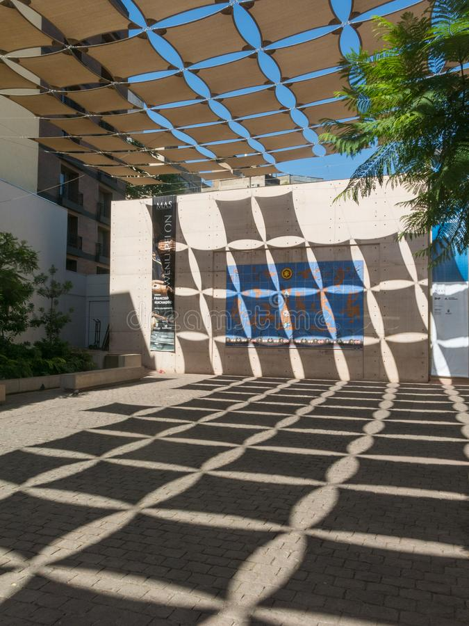 Binnenplaats die met schaduwen, in een vierkant in de buurt van Miraflores, voor het Museum van Visuele Kunsten MAVI wordt verfra stock foto