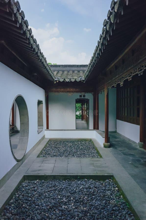 Binnenplaats in een traditionele Chinese tuin, dichtbij het Westenmeer, Hangzhou, China stock foto's