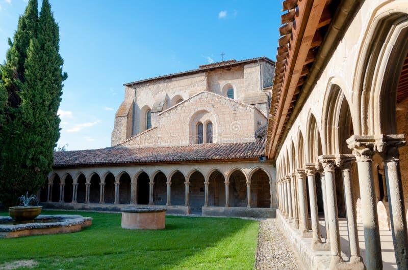 Binnenplaats en bogen van St Hilaire abdij in Aude stock afbeeldingen