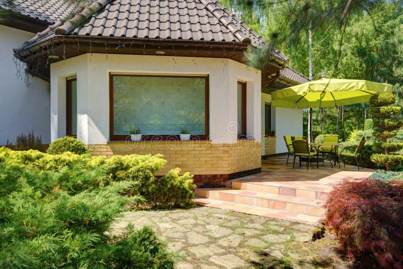 Binnenplaats en tuinlijstreeks stock afbeelding
