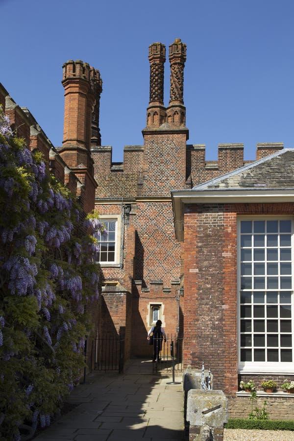 Binnenplaats in Hampton Court Palace die oorspronkelijk voor Hoofdthomas wolsey 1515, later werd gebouwd royalty-vrije stock afbeeldingen