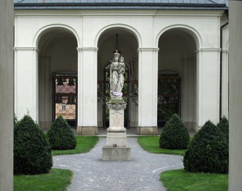 Binnenplaats in het klooster in Krtiny stock afbeelding