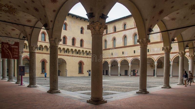 Binnenplaats in kasteel binnen royalty-vrije stock foto