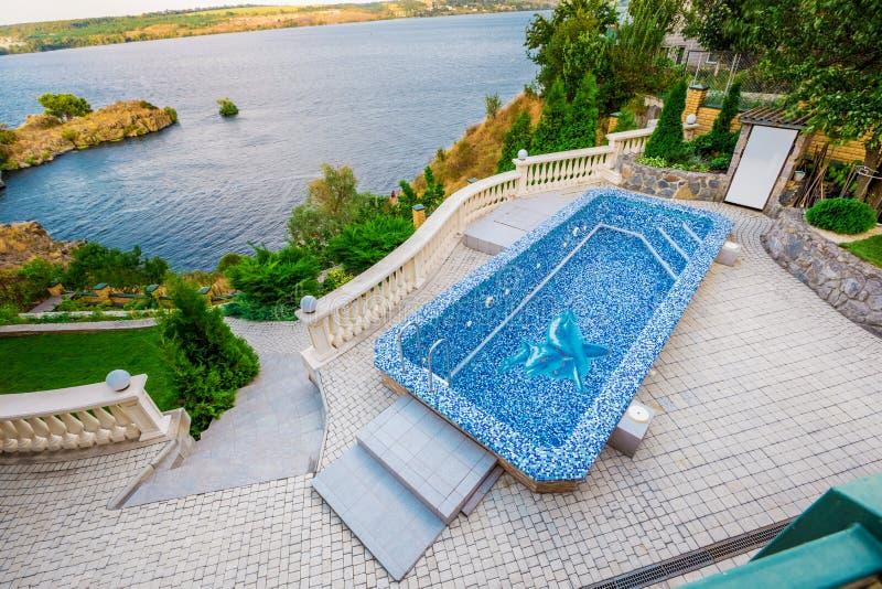 Binnenplaats met klein mooi zwembad stock foto