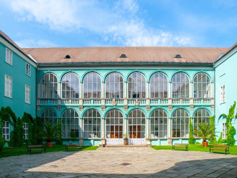 Binnenplaats met verglaasde vensters van renaissancechateau in Dacice, Tsjechische Republiek royalty-vrije stock fotografie
