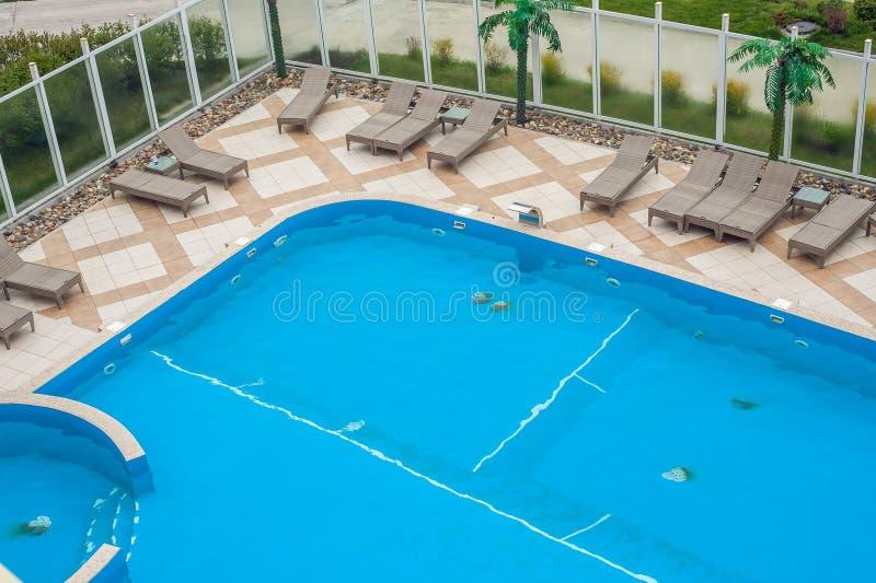 Binnenplaats met zwembad royalty-vrije stock foto's