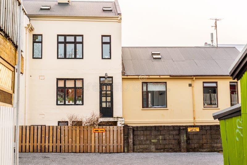 Binnenplaats in Reykjavik zonder parkerentekens stock foto's