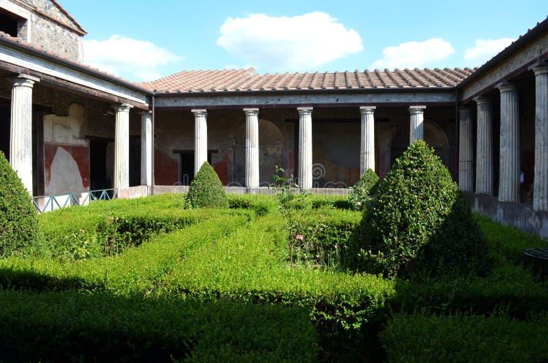 Binnenplaats van een flatgebouw in Pompei Italië stock afbeeldingen