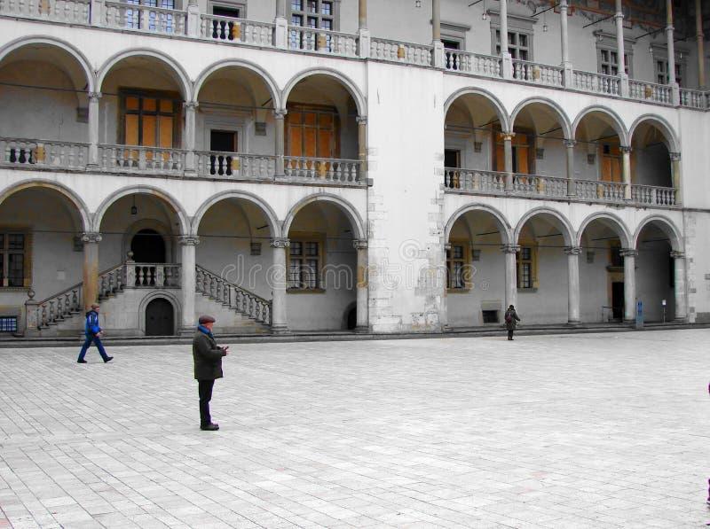 Binnenplaats van het kasteel in de oude stad van Krakau stock afbeeldingen