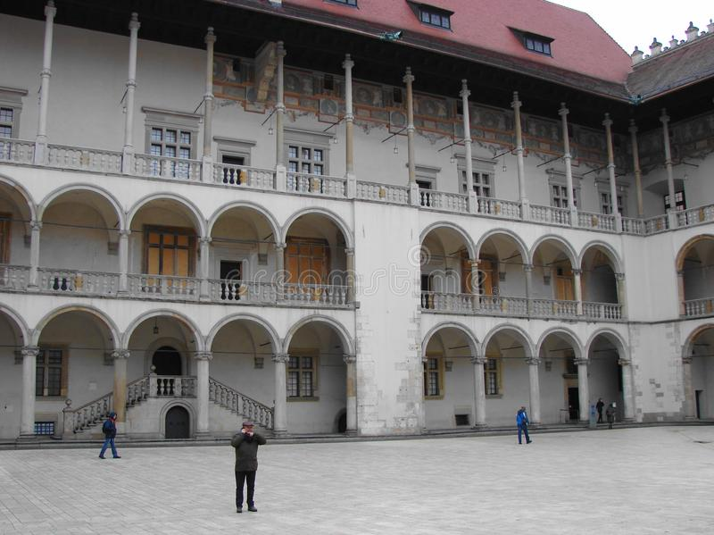 Binnenplaats van het kasteel in de oude stad van Krakau stock foto's