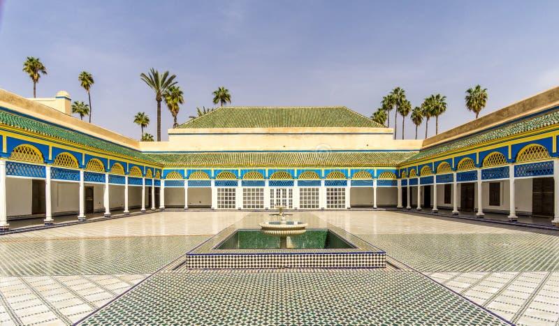 Binnenplaats van het paleis van Bahia in Marrakech - Marokko stock foto's