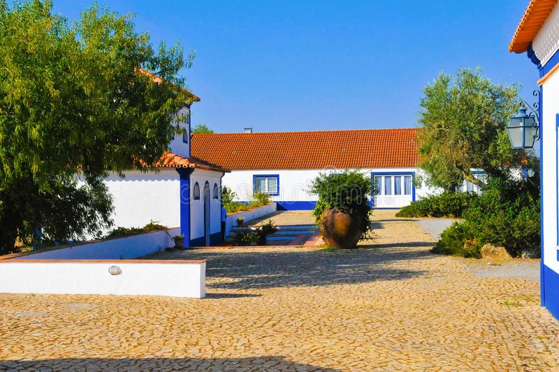 Binnenplaats van het Typische Landgoed van het Land, Alentejo Typische Witte Huizen, Reis Portugal stock afbeelding