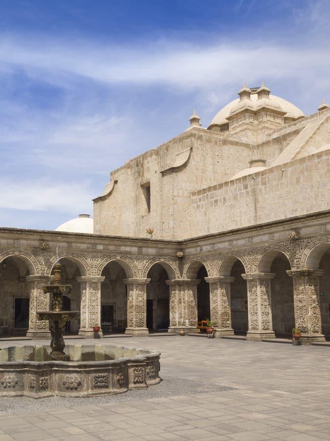 Binnenplaats van Kerk in Peru royalty-vrije stock foto
