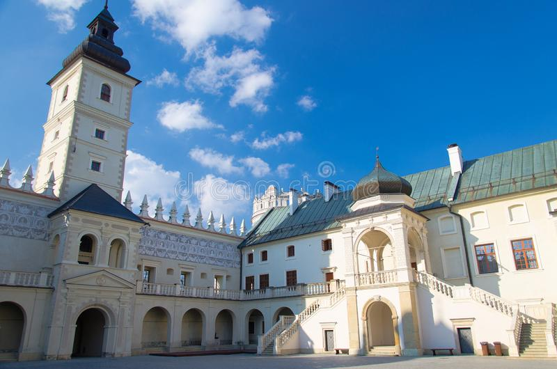 Binnenplaats van Krasiczyn-Kasteel dichtbij Przemysl, Polen royalty-vrije stock foto