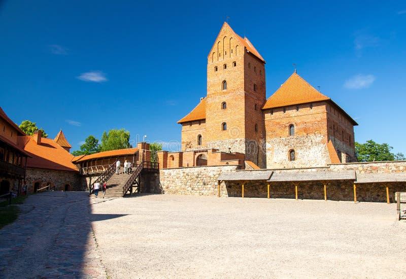 Binnenplaats van middeleeuws gotisch Trakai-Eilandkasteel, Litouwen stock foto