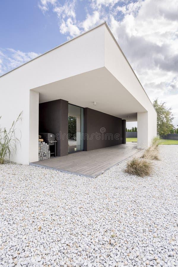 Binnenplaats van modern huis stock afbeeldingen