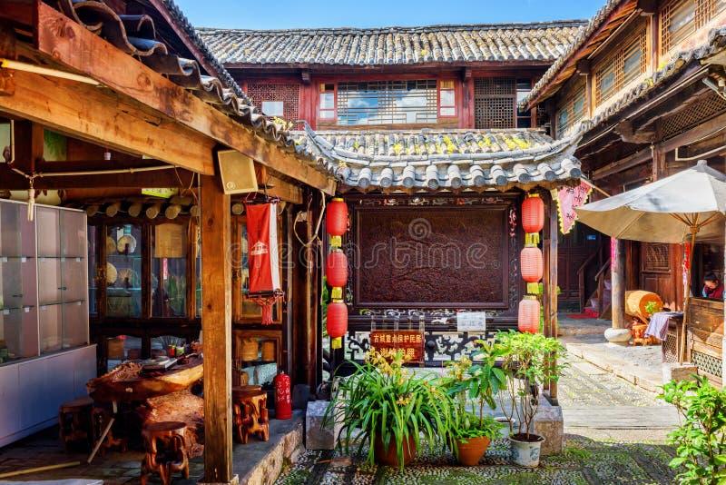 Binnenplaats van traditioneel Chinees blokhuis, Lijiang, China stock foto