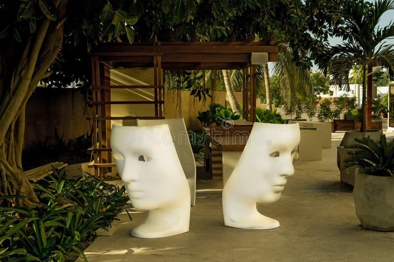 Binnenplaatshotel Afrika, Senegal, Januari 2013, en de palmen en de stoelen stock fotografie