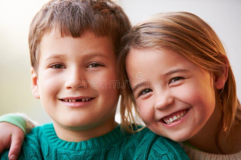 Binnenportret van Broer And Sister stock afbeeldingen