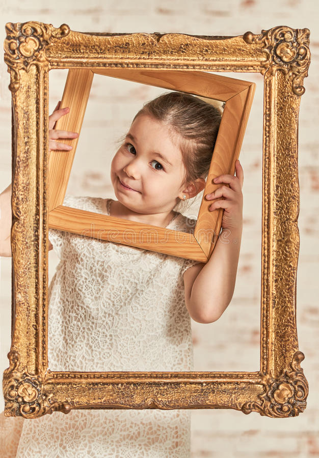 Binnenportret van een expressve aanbiddelijk jong meisje stock afbeeldingen