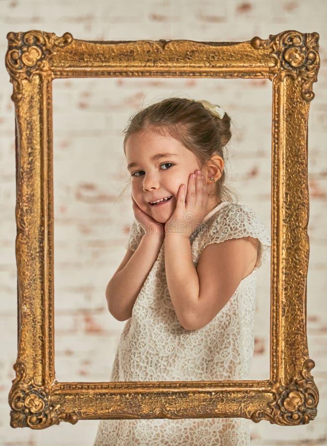 Binnenportret van een expressve aanbiddelijk jong meisje stock foto's