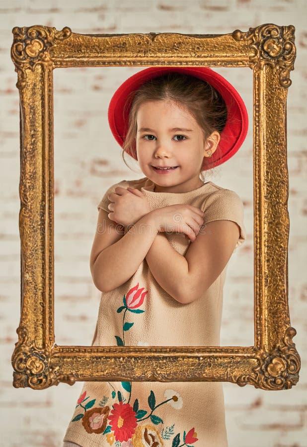 Binnenportret van een expressve aanbiddelijk jong meisje stock fotografie