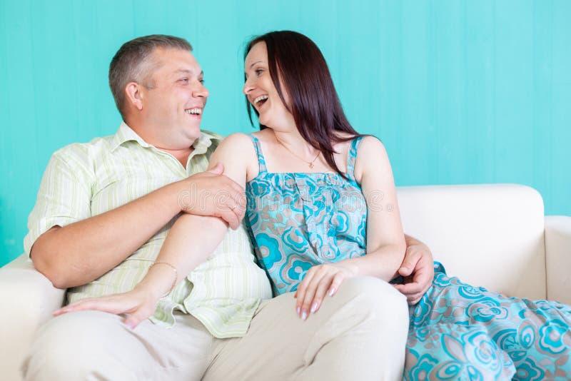 Binnenportret van een glimlachend Kaukasisch paar in hun het leven ro royalty-vrije stock afbeelding