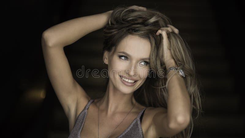 Binnenportret van een jonge mooie modieuze vrouw die modieuze toebehoren dragen Verborgen ogen met hoed Vrouwelijke manier stock foto's