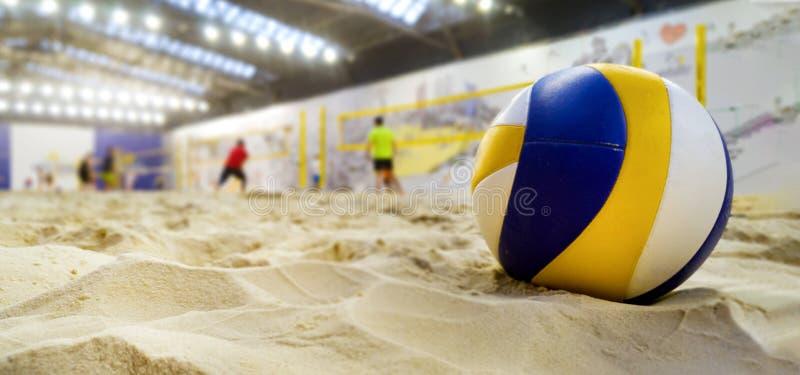 binnenstrandvolleyball Bal in zand stock fotografie