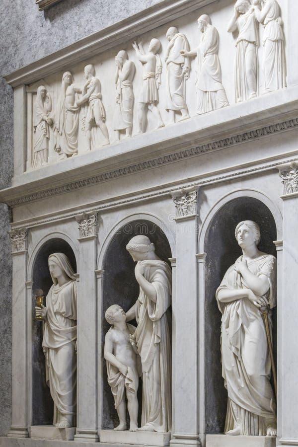 Binnenterriër met marmeren standbeelden in Basiliekdei Santi Ambrogio e Carlo al Corso, Rome, Italië royalty-vrije stock afbeeldingen