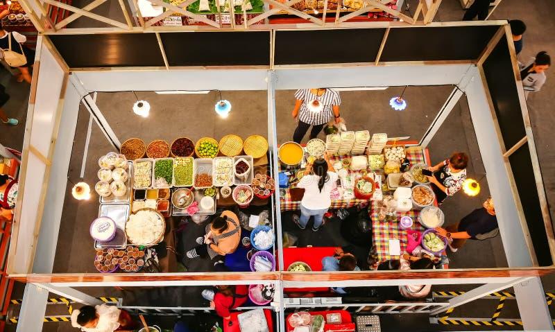Binnenvoedselbox voor Thais voedselfestival bij een winkelcentrum, het beeld in hoogste mening royalty-vrije stock afbeeldingen