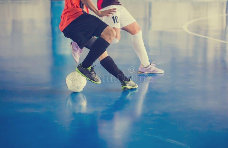 Binnenvoetbalsporthal Voetbal futsal speler, bal, futsal vloer stock foto