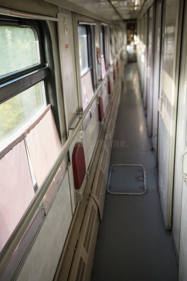 Binnenzicht van de corridor in het compartiment van de trein stock fotografie